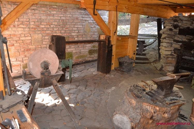 Средневековая кузница, историческая деревня ремесел Остра