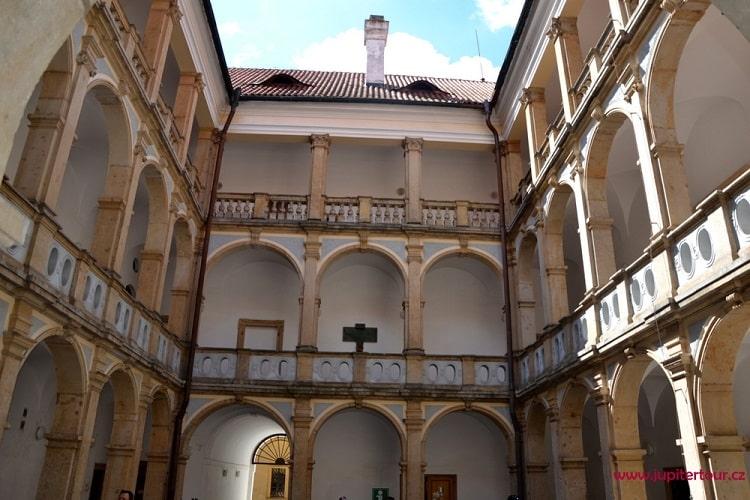 Замковый двор, Йичин