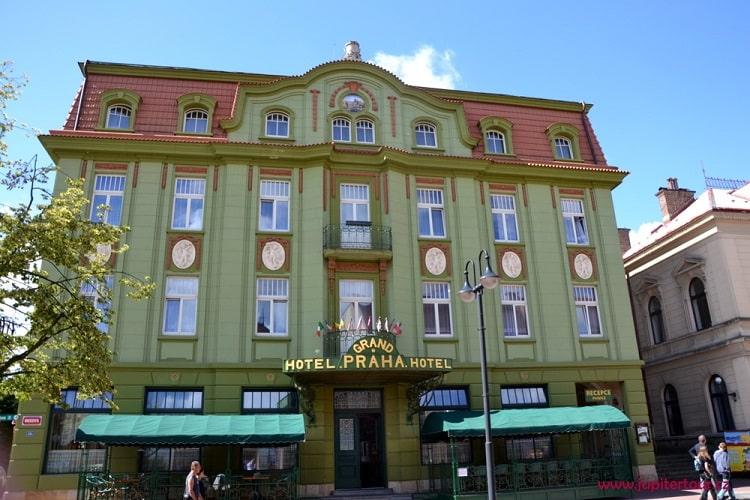 Отель, Йичин