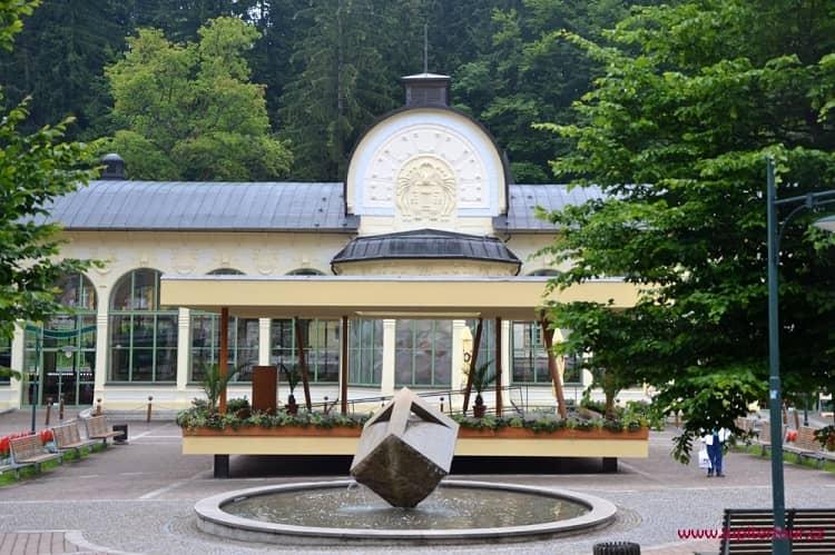 Колоннада на центральной площади, Янские Лазне, Чехия
